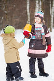 Stara dziewczyna daje eskimo młody dziecko w zima parku Fotografia Stock
