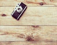 Stara ekranowa kamera na brown drewnianym tle zdjęcia royalty free