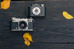 Stara ekranowa kamera na grunge ciemnym drewnianym tle Obraz Royalty Free