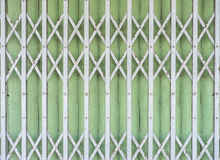 Stara falcowanie metalu drzwiowa brama - rocznika sty (Stalowa Toczna żaluzja) fotografia royalty free