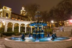 Stara fontanna w poprzednim gubernatora parka Vahids parku, noc Baku, Azerbejdżan fotografia stock