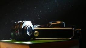 Stara fotografii kamera rezerwuje ciemnego tło zbiory
