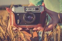 Stara fotografii kamera w ręki dziewczyny Zdjęcia Stock