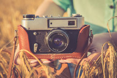 Stara fotografii kamera w ręki dziewczyny Fotografia Stock