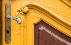 Stara gałeczka na rocznika drewnianym drzwi Fotografia Royalty Free