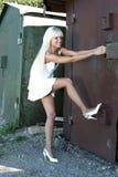 stara garaż dziewczyna otwiera Zdjęcia Royalty Free