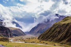 Stara georgian droga na krawędzi doliny Fotografia Royalty Free
