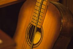 Stara gitara z syntetycznym sznurkiem zdjęcie royalty free