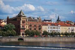 Stara Grodzka antyczna architektura i Vltava rzeka Zdjęcia Royalty Free