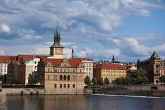 Stara Grodzka antyczna architektura i Vltava rzeka Zdjęcia Stock