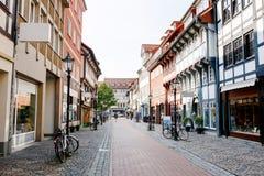 Stara grodzka ulica w Goettingen, Niski Saxony, Niemcy Mnodzy sklepy Zdjęcia Royalty Free