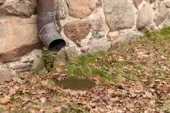 Stara groszaka odcieku rynna w ceglanym domu Instalacja która drenuje wodę od dachu obrazy stock