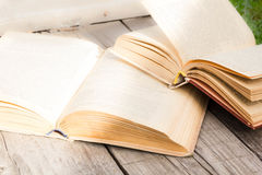 Stara hardcover książek selekcyjna ostrość Edukaci pojęcie na drewnianym tle uczyć się języki obcych daleki szkolenie plecy Fotografia Stock