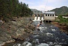 Stara hydroelektryczna elektrownia na rzecznym Chemal w Altai górach w Rosja Bungee skacze blisko elektrowni Zdjęcia Stock