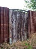 Stara i nieociosana drewniana ogrodowa brama i ogrodzenie Obraz Stock
