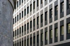 Stara i nowożytna architektura w harmonii stronie strona - obok - obrazy royalty free