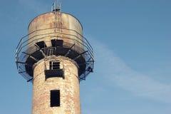 Stara i ośniedziała wieża ciśnień na tle błękita jasnego niebo Zdjęcia Stock