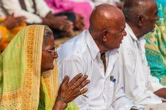 Stara Indiańska kobieta ja modli się przy Varanasi, India Obrazy Royalty Free
