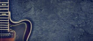 Stara jazzowa electro gitara na ciemnym tle z bliska kosmos kopii T?o dla festiwali/l?w muzykich, koncerty by?o t?a mo?na r??ne m obrazy royalty free