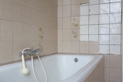 Stara kąpielowa balia z brudnymi płytkami w łazience obrazy royalty free