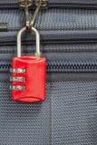 Stara kłódki ochrona 3 kombinacj podróży błękitna walizka z policjantem obrazy stock