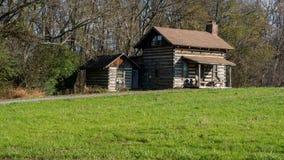 Stara kabina w polu obok drewien obraz stock