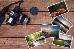 Stara kamera i sterta fotografie na rocznika grunge drewnianym tle Zdjęcia Stock