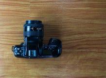 Stara kamera na drewnianym tle Zdjęcia Royalty Free