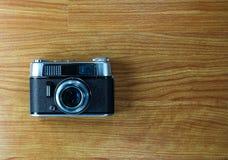 Stara kamera na drewnianym tle Zdjęcie Royalty Free