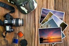 Stara kamera, nakrętka, pamięć karty i sterta fotografie na rocznika drewnianym tle, Obrazy Royalty Free