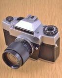 Stara kamera przy drewnianym tłem Zdjęcie Stock