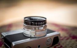 Stara kamera retro na stole Obrazy Stock