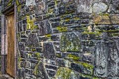 Stara kamienna ściana z drzwi na stronie obrazy stock