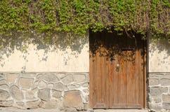 Stara kamienna ściana i drewniany drzwi, Plovdiv Zdjęcia Royalty Free