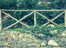 Stara kamienna ściana z drewnianym ogrodzeniem na nim fotografia stock