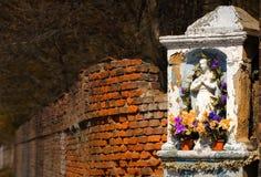 Stara kamienna kaplica, ściana z cegieł, jesień, barwiony kraju krajobraz, idylliczny tło Fotografia Stock