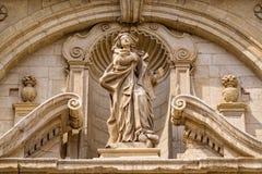Stara kamienna statua na budynek fasadzie w Włochy Zdjęcie Royalty Free
