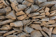 Stara kamienna sucha ściana jako tło marmur polerował kamienia powierzchni teksturę Suszy stertę, tradycyjna budowa obrazy royalty free