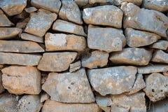 Stara kamienna sucha ściana jako tło marmur polerował kamienia powierzchni teksturę Suszy stertę, tradycyjna budowa obraz stock