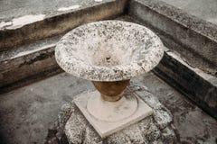 stara kamienna wodna fontanna w formie wazy obraz royalty free