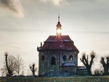 Stara kaplica z odnowienie dachem na wzgórzu obrazy royalty free