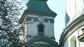 Stara katedra z zegarem na nim zdjęcie wideo