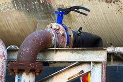 Stara klapa lub brudna klapa w brudnej robocie, Brudna klapa w nafcianej przeniesienie staci Zdjęcie Royalty Free