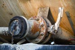 Stara klapa lub brudna klapa w brudnej robocie, Brudna klapa w nafcianej przeniesienie staci Obrazy Royalty Free