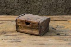 Stara klatka piersiowa na drewnianym stołu wciąż życiu Zdjęcia Stock