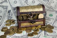 Stara klatka piersiowa z pieniądze zdjęcia royalty free