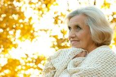 Stara kobieta ładni stojaki obrazy royalty free