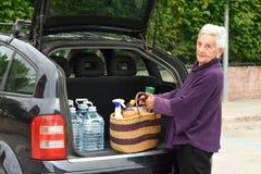 Stara kobieta ściąga samochód Fotografia Royalty Free