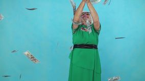 Stara kobieta chwyty lata papierowych banknoty na błękitnym tle zwalniają mo zdjęcie wideo