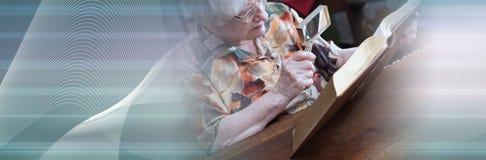 Stara kobieta czyta ksi??k? sztandar panoramiczny ilustracja wektor